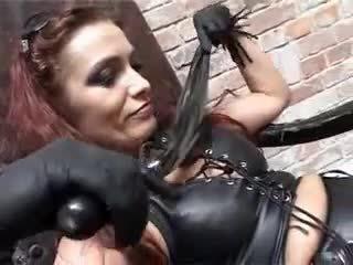 Rijpere fetisj dame pegs haar groveling gimp