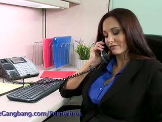 Kink: bruneta abuzata de ei lucru colleagues