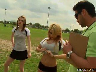 Suur titted blond jalgpall mängija madison ivy using tema tissid kuni olema captain