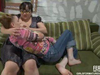 Apaļas momma ar brilles un jauns pusaudze doing muffdiving