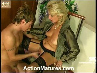 Agatha rolf nghịch ngợm mẹ trong hành động
