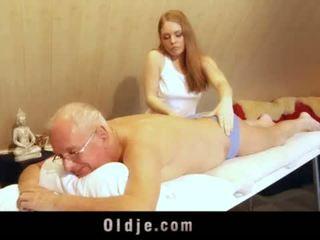 Viejo hombre fucks joven rubia masseuse cums en su boca <span class=duration>- 6 min</span>