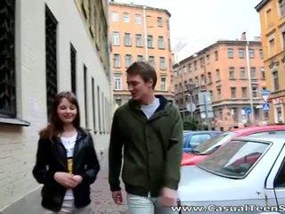 Söt tonårs olesya picked upp och borrade hård