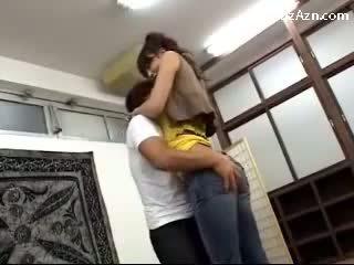 Curto guy a beijar com alta gaja licking axilas rubbing dela cu em o middle de o quarto