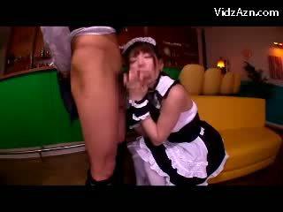 Jong serveerster in uniform zuigen customers lul getting haar tieten rubbed in de cafe