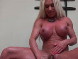 Muscle female ar milzīgs klitors dildoing