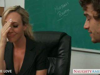 Blonde prof brandi amour chevauchée bite en salle de classe