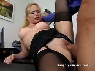 Sexy hawt aiden starr receives henne rosa fitte pummeled på den bord