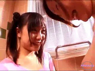 2 ragazze in aerobica abito baciare rubbing tette in il bagno