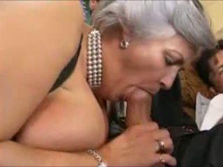 Grey-haired oma in een gangbang