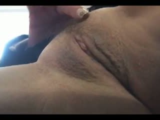 Krūtainas pieauguša mammīte uz īss shirt un zeķe strips un teases
