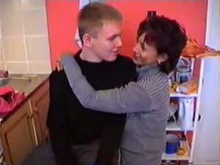 Olga kanssa hänen poika sisään keittiö