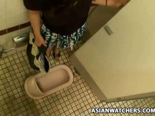 Aasialaiset koulutyttö masturbates sisään hänen schools kylpyhuone