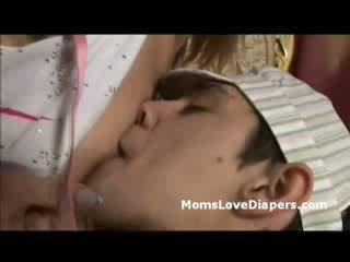 Matang lain daripada yang lain breast feeds lampin budak lelaki drills dia dengan strapon