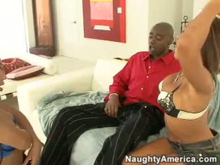 Concupiscent swarthy блудниця rane revere і її сексуальна друг смоктати a великий чорна пеніс палиця