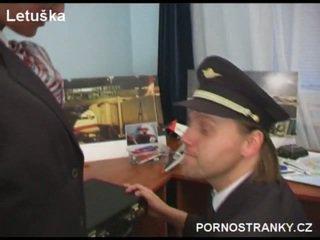 Gaisa hostess uz uniforma jāšanās pilots
