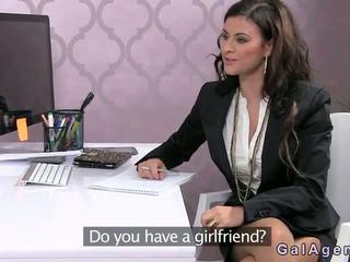 Female agent baisée sur une bureau en bureau