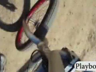 Badass playmates sandboarding un biking kamēr visi kails