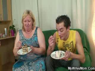 Oma is mollig en geil voor shaft