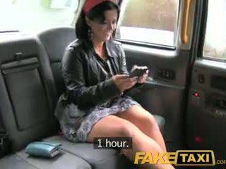 Faketaxi london cabbie arse fucks kontol di belahan dada passenger