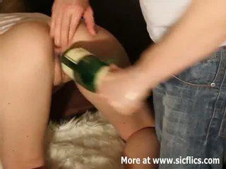 Extreem double vuistneuken en champagne fles neuken