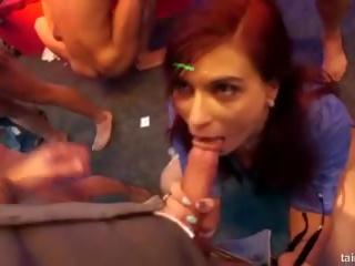 Excited pornósztárok fucks -ban club