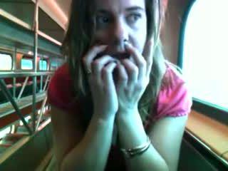 Červený príťažlivé bird na a vlak