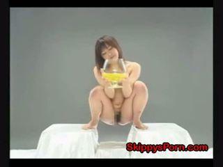 Jong japans drinks haar pee