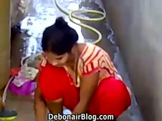 Sexy desi miúda washing clothes mostrando decote ca