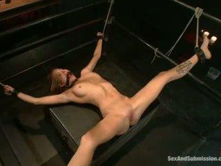 Rondborstig prisoner used als seks slaaf