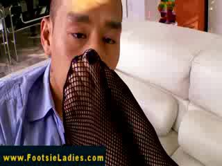 Footfetish babe has her toes sucked on
