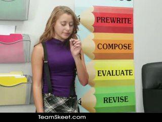 Innocenthigh smoker tiener student geneukt in classro