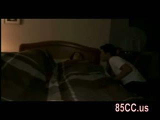 Vrouw geneukt door husbands vriend op de bed 01