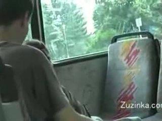 Zuzinka touches haarzelf op een bus