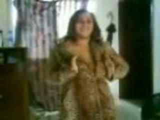 Arab barmfager kvinne i en ekkel dance video