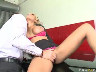 Agradable enorme sexo bonking en garage casi la grande titted taxi driver bridgette b