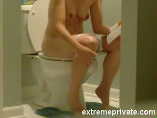Espion camera ma 38 years mère sur la toilettes vidéo