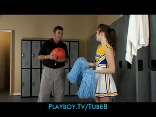 Slutty brunete čirlīderi fucks the skola basketbols treneris