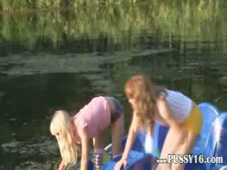 Eva 和 loly 裸 由 该 river