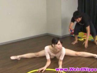 Flexible asiatique ballet poupée chatte licked