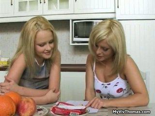 Geil astonishing blondine lesbisch babes kussen