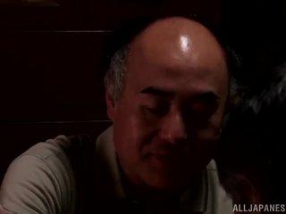 Yui hatano gives a pievilcīgas laizīšana līdz daži elderly bloke