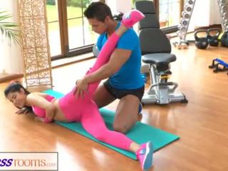 Fitnessrooms 체육관 instructor pulls 아래로 그녀의 yoga pants 용 섹스 <span class=duration>- 14 min</span>