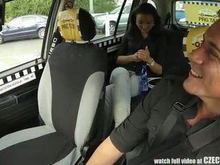 Czechtaxi multiple female orgasme en la siège arrière