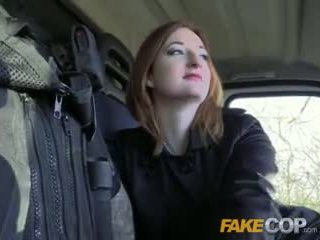 Fake poliziotto caldi ginger gets scopata in cops van