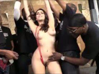 Valentina nappi zuigen lots van zwart cocks voor bukkake facial