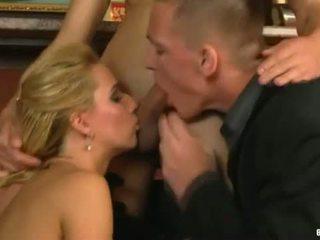Pack de porno: dois gajos e uma rapariga em o bar