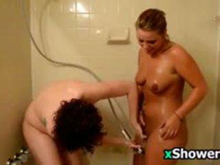 Neglītas cāļi taking a duša kopā