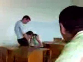 Azeri students jemagat öňünde agzyňa almak