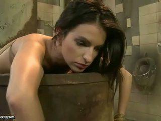 Pavēlniece punishing karstās beauty uz publisks tualete